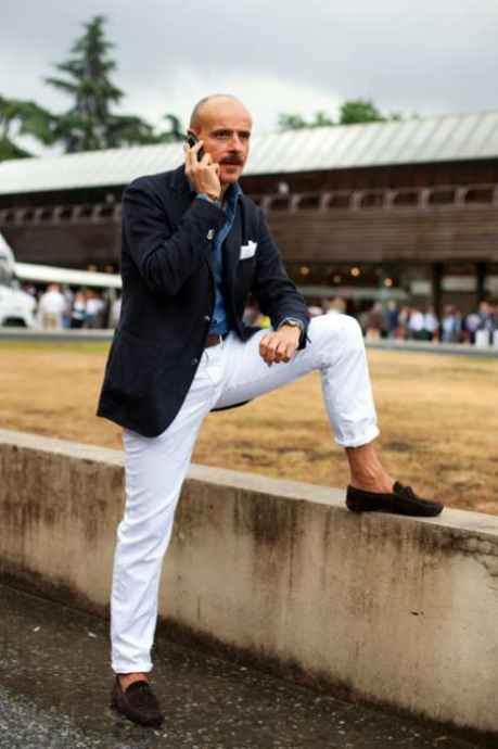 pantaloni albi, sacou si batista de buzunar, mocasini
