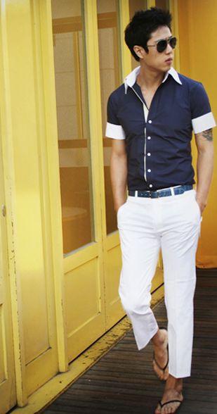 pantaloni albi, camasa cu maneca scurta , slapi