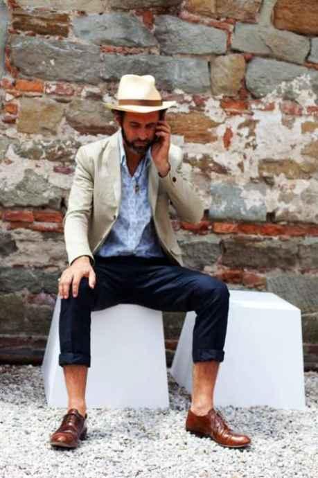 palarie de vara, pantaloni bleumaren, pantofi maro