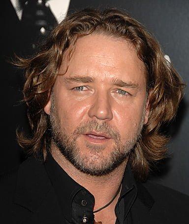 Russell Croew, fata alungita, frizura barbati