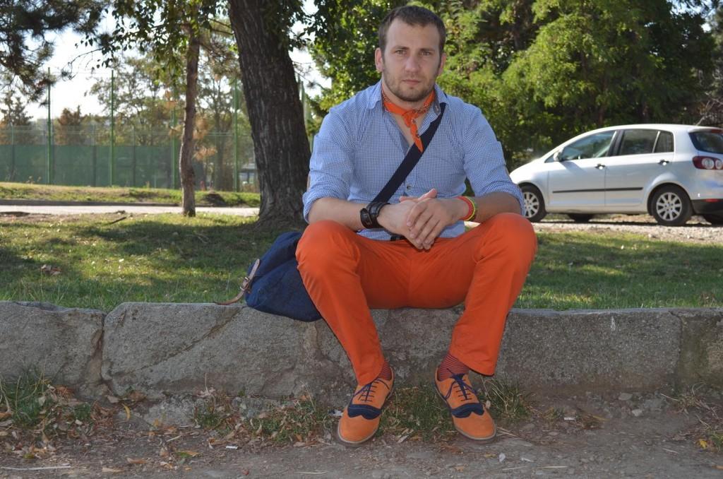 Pantaloni si pantofi portocalii