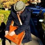 trenci, geanta piele, pantofi maro, palarie gri