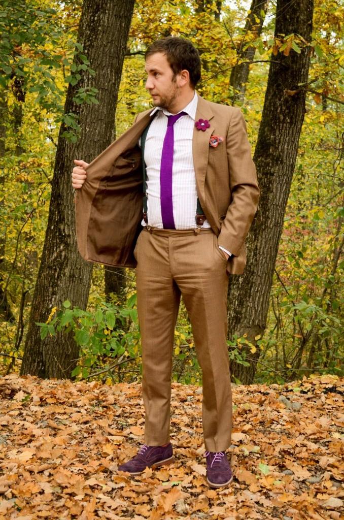 costum maro, bretele, cravata tricotata, batista de buzunar