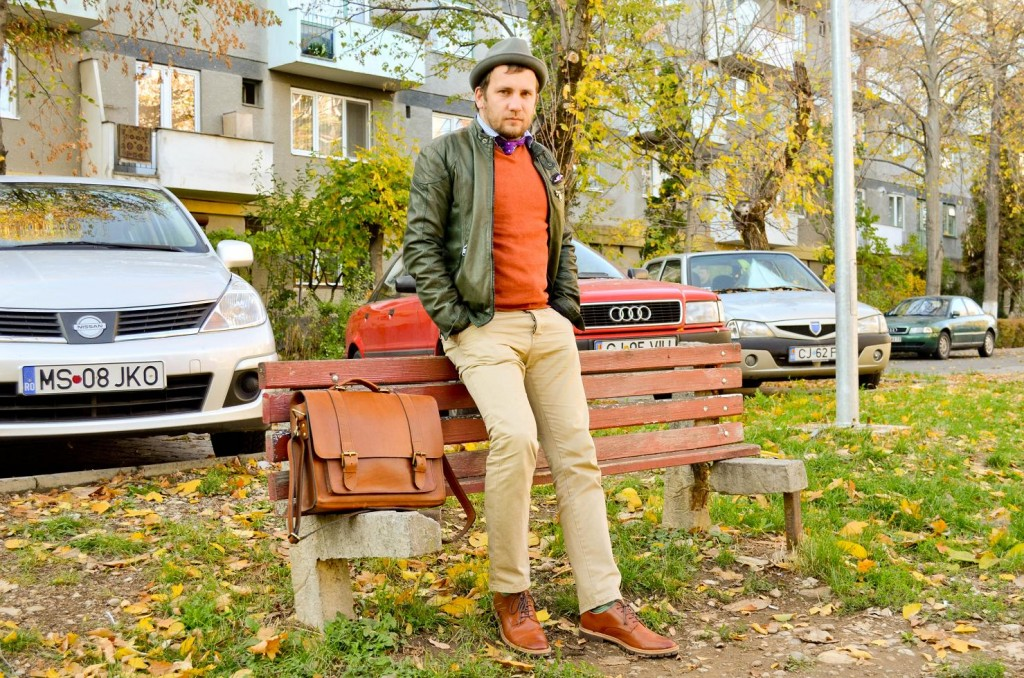 layering, jacheta piele, pulover portocaliu, geanta