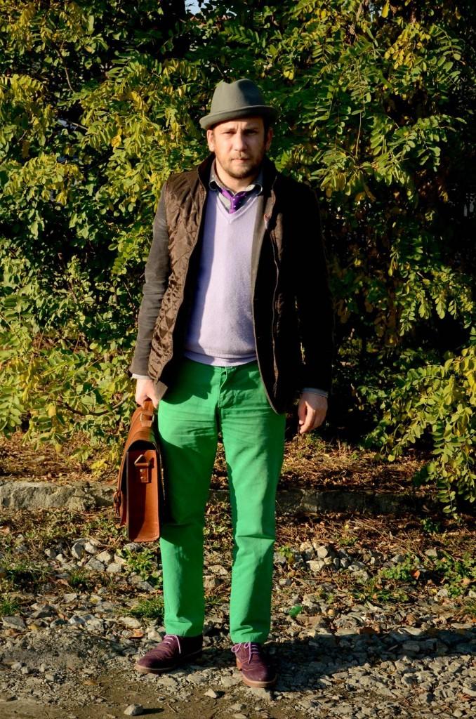 sacou gri, pantaloni verde, layering, vesta matlasata, cravata tricotata, batista de buzunar cu nasture