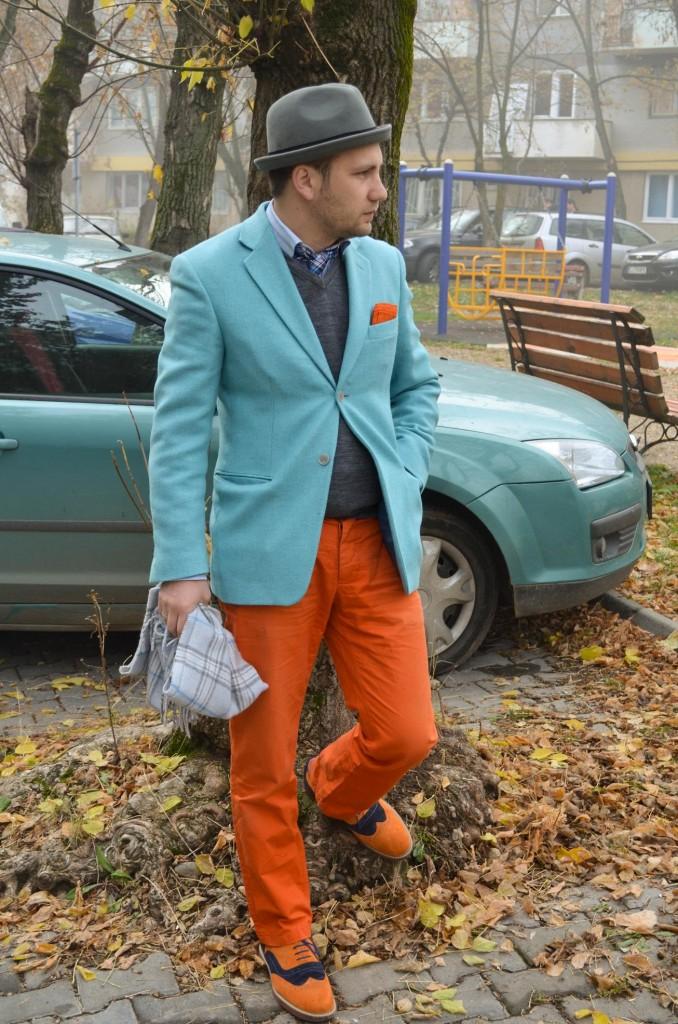 sacou albastru, pantaloni portocalii