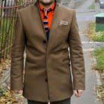 haina maro, camasa portocalie, cravata tricotata