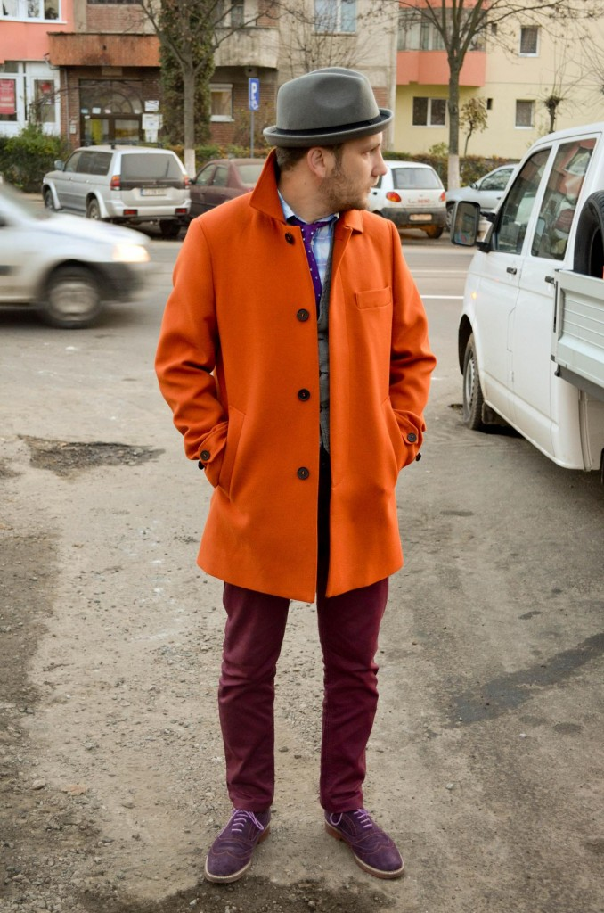 Palton portocaliu, pantaloni bordo, pantofi mov