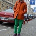 Haina portocalie şi pantalonii verzi