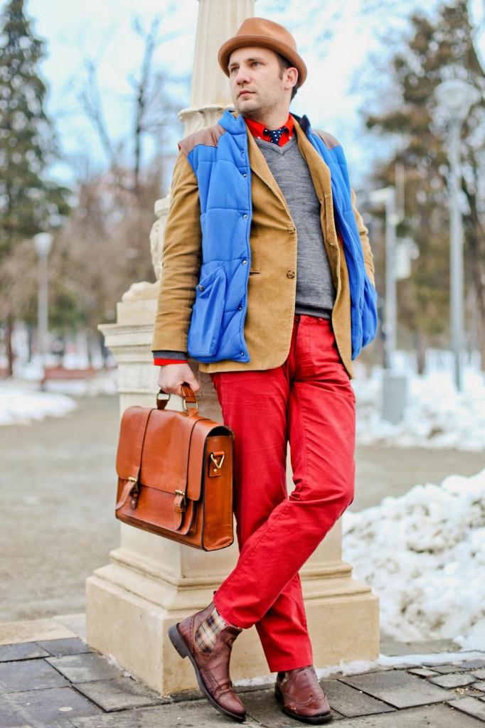 layering, geanta maro, vesta gilet, pantaloni rosii