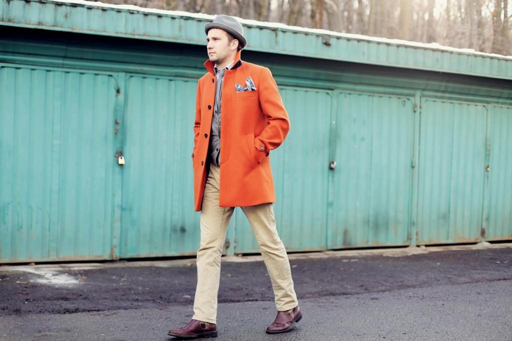 haina portocalie, pantalonii khaki, cravata tricotata