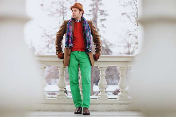 puloverul maro si pantalonii verzi