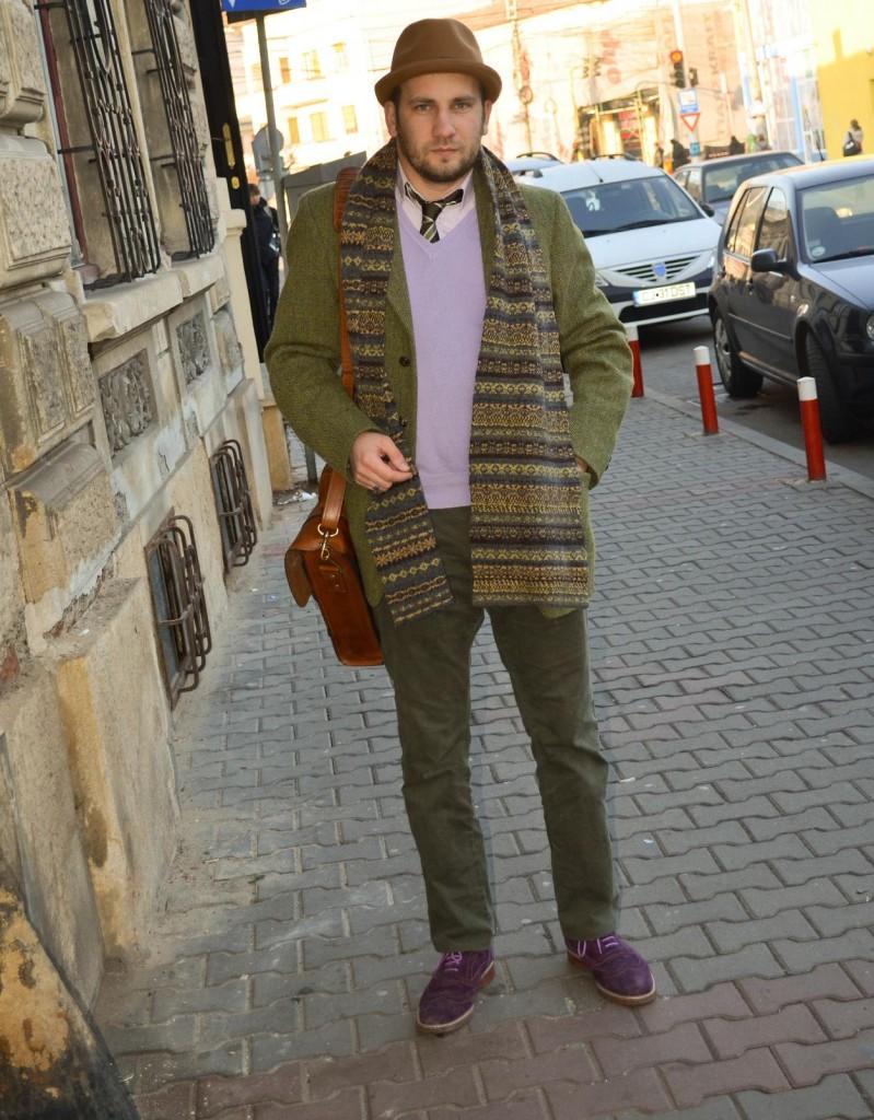haina tweed, vesta mov, cravata olive, palarie maro, geanta piele