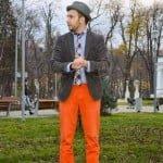 Cămaşa cu pătrăţele şi pantalonii portocalii