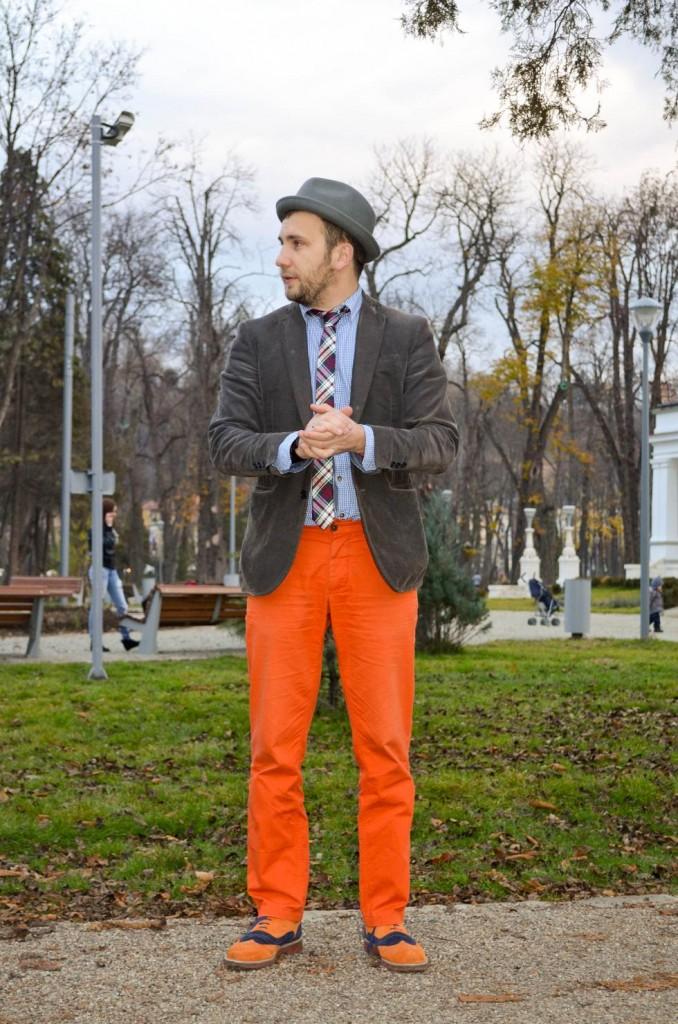 pantaloni portocalii, sacou gri, camasa patratele albastre, pantofi piele, cravata