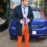 Trenciul şi pantalonii portocalii