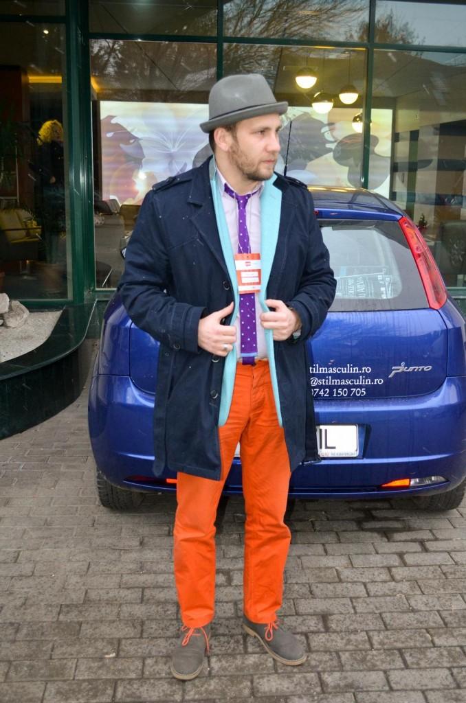 pantalonii portocalii, trenci, sacou albastru, palarie gri