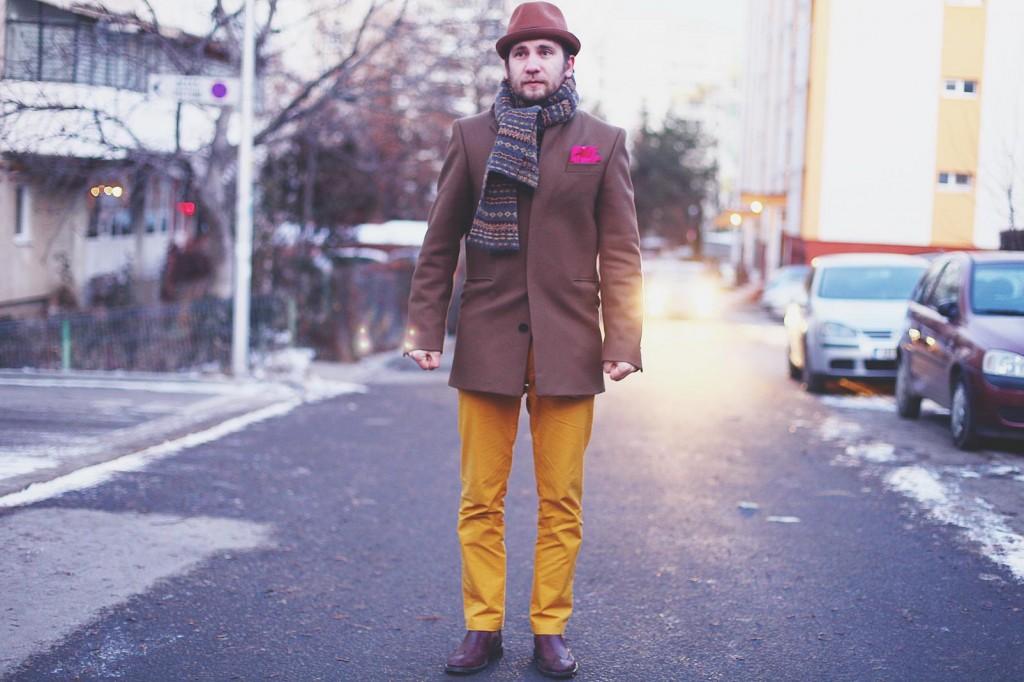 Pantaloni galbeni, haina maro, palarie maro