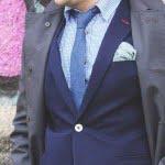 Trenci gri, costum bleumarin și pantofi maro pentru bărbați