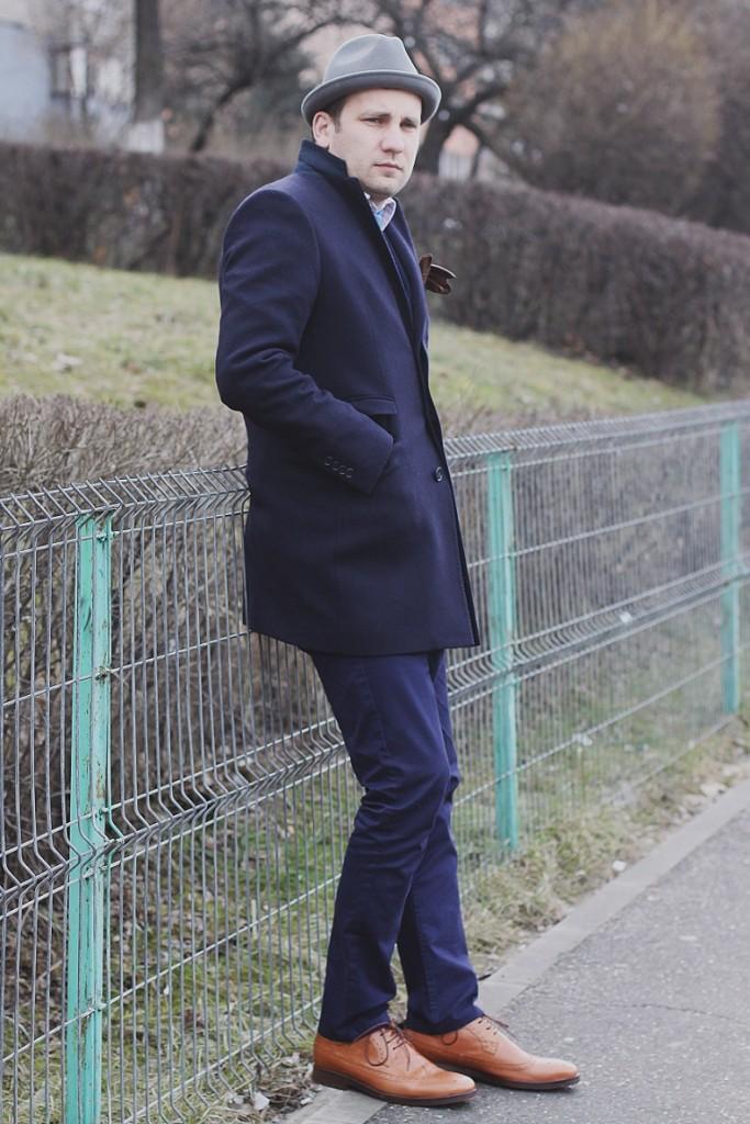Pardesiu, costum bleumarin, pantofi maro