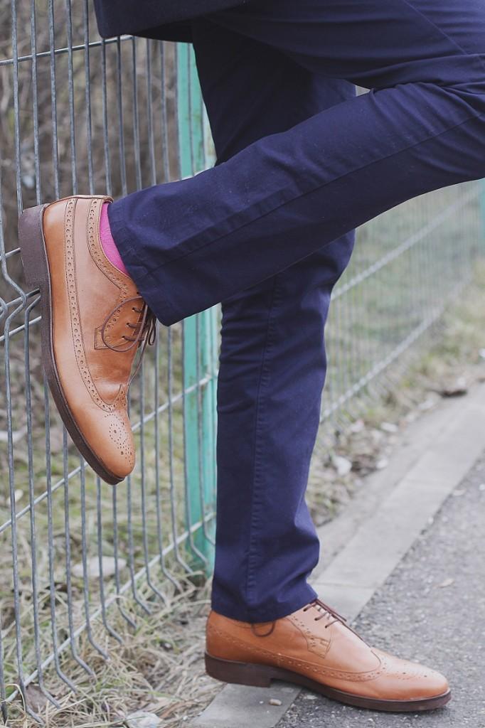 Pantaloni bleumarin, pantofii maro