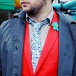 Sacoul roșu, cravata florală și pantofii mov pentru bărbați