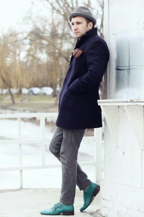 Pardesiul și pantalonii gri flanel
