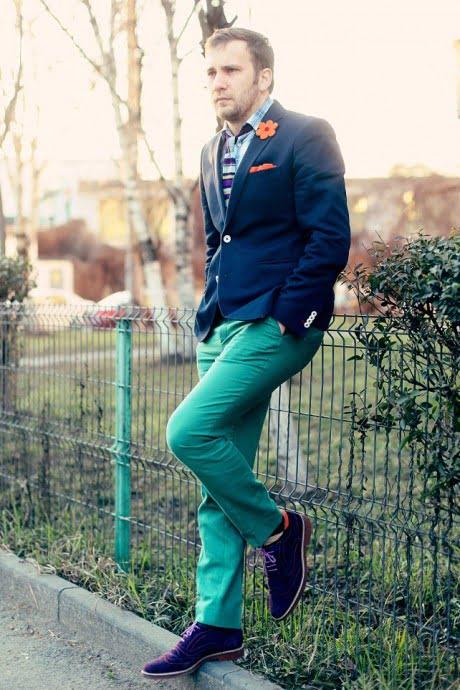 Sacou bleumarin si pantalonii verzi