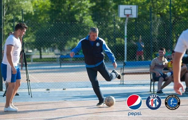 Gheorghe Hagi pe teren pepsi fotbal