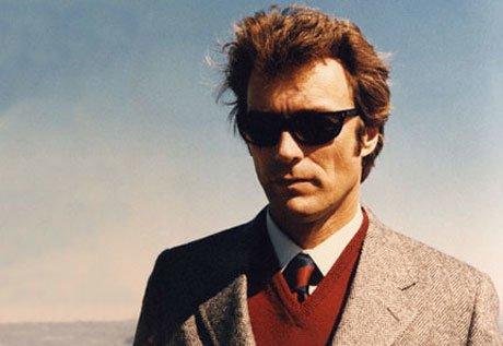 """Actorul în filmul """"Dirty Harry"""", purtând vesta roșie și sacoul gri"""