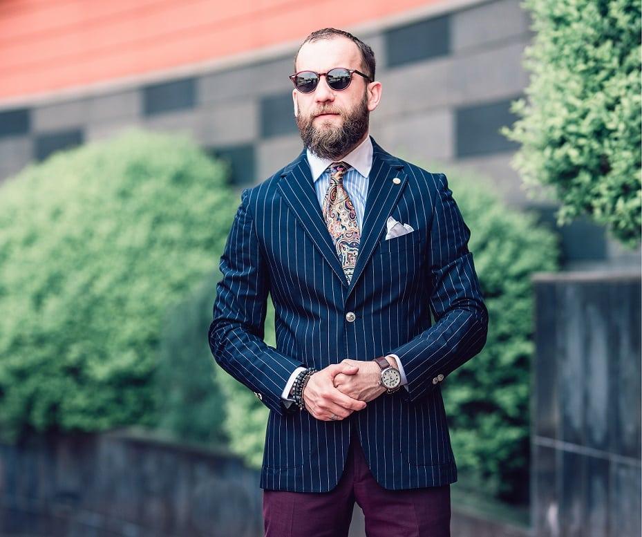 Influențe din moda britanică : blazerul clasic bleumarin