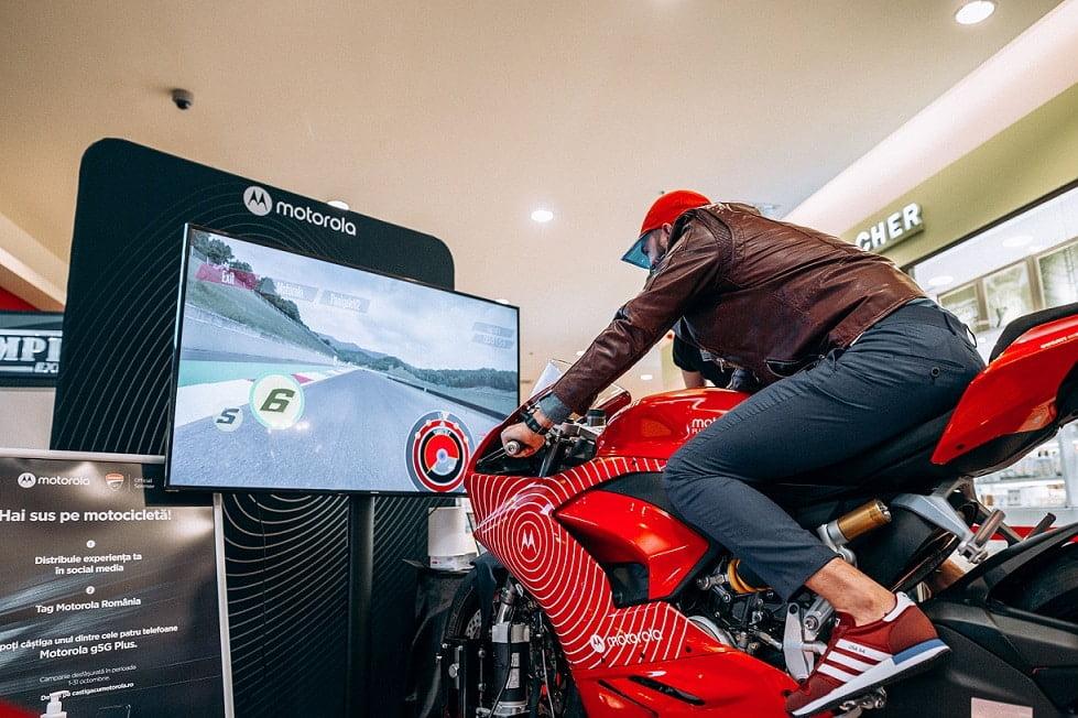 Motorola oferă șansa câștigării unei motociclete Ducati Panigale V2 și aduce la Cluj un simulator unic de curse
