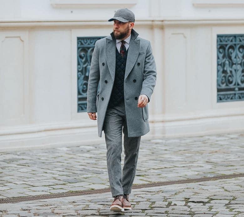 Cum să îți alegi o ținută formată din nuanțe de gri, stil masculin și palton gri